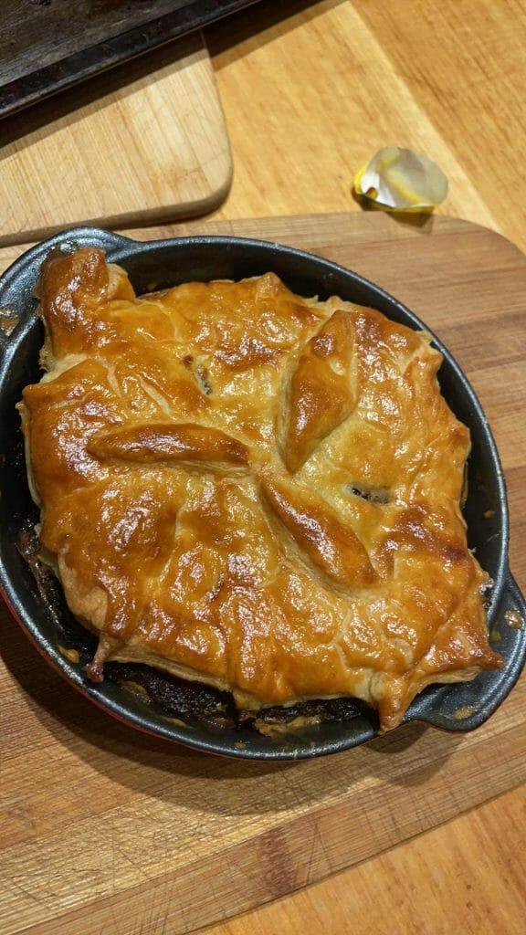 Empanadas de carne de res cocidas en el banco de la cocina, servidas con puré de papas